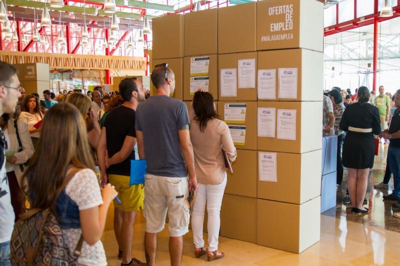 Stands de cartón con ofertas de empleo en Málaga Emplea