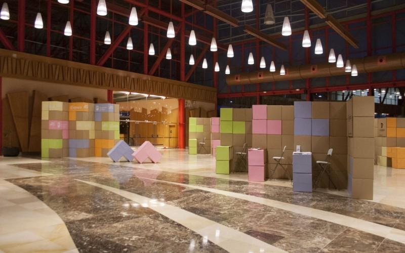 Diseño de stands con cajas de cartón y photocall | Málaga Emplea