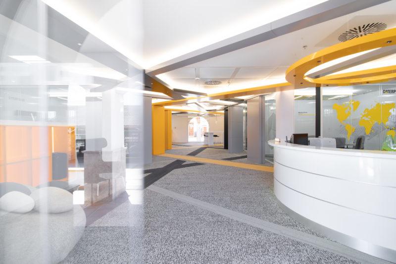 Entrada Diseño Interior de Oficinas Caterpillar