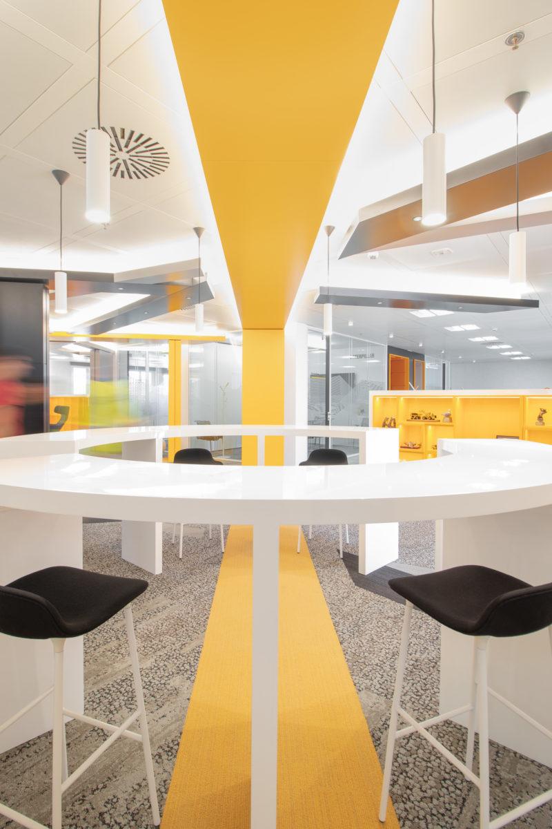 Juego Geométrico Diseño Interior de Oficinas Caterpillar