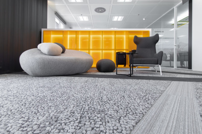 Maletas y Piedras Diseño Interior de Oficinas Caterpillar