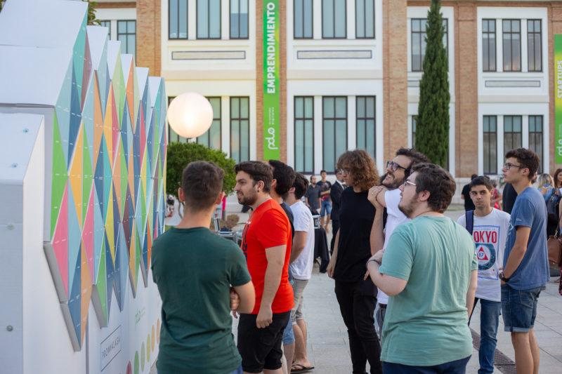 Personas interactuando con Photocall de cartón