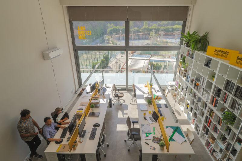 Diseño de oficina doble altura
